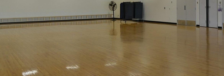 jaka maszyna do czyszczenia drewnianej podłogi sportowej